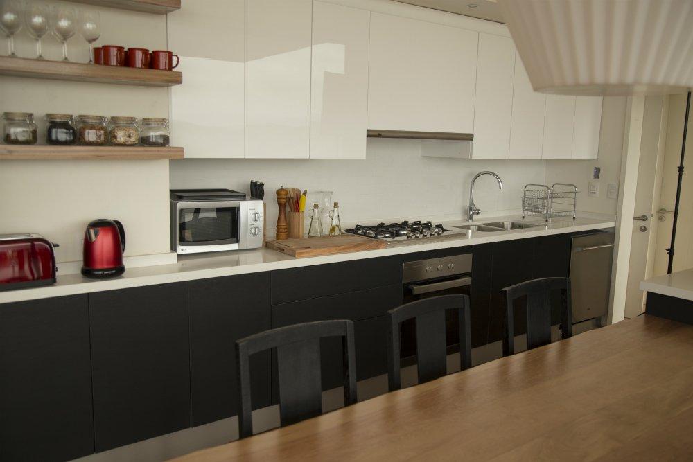 Cocina blanco con negro y madera cachagua