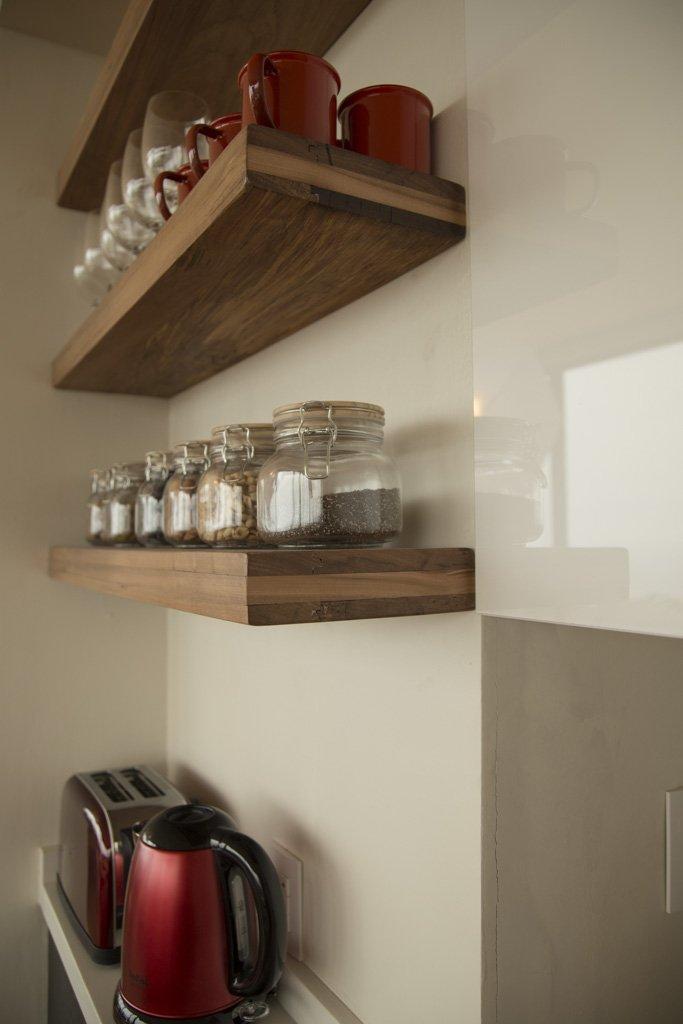 Repisas de madera en cocina