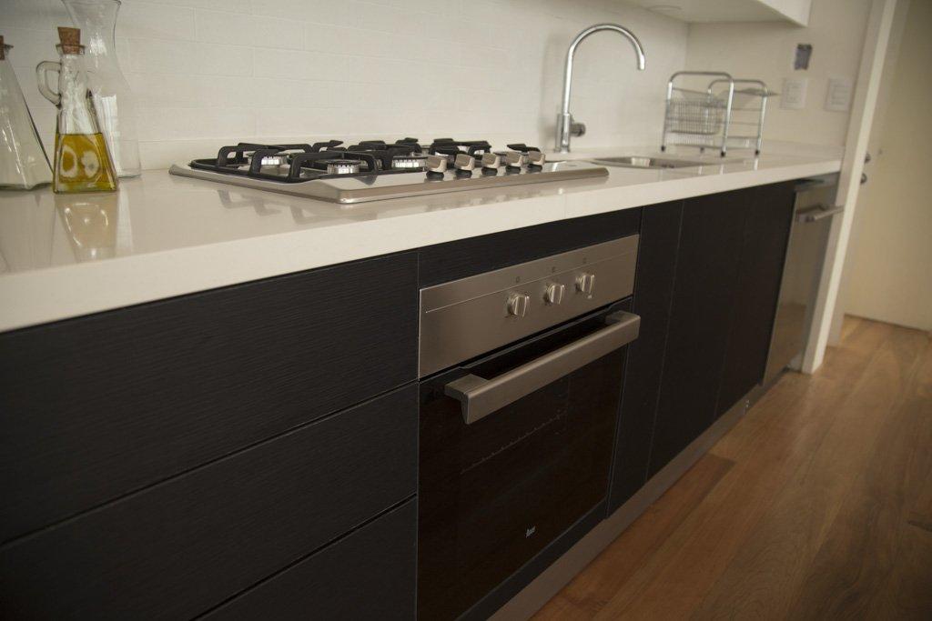 encimera y horno cocina color blanco y negro