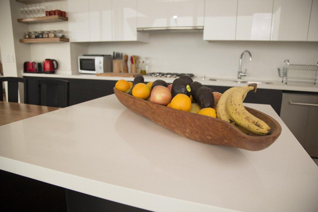 isla de cocina con cubierta de cuarzo blanco