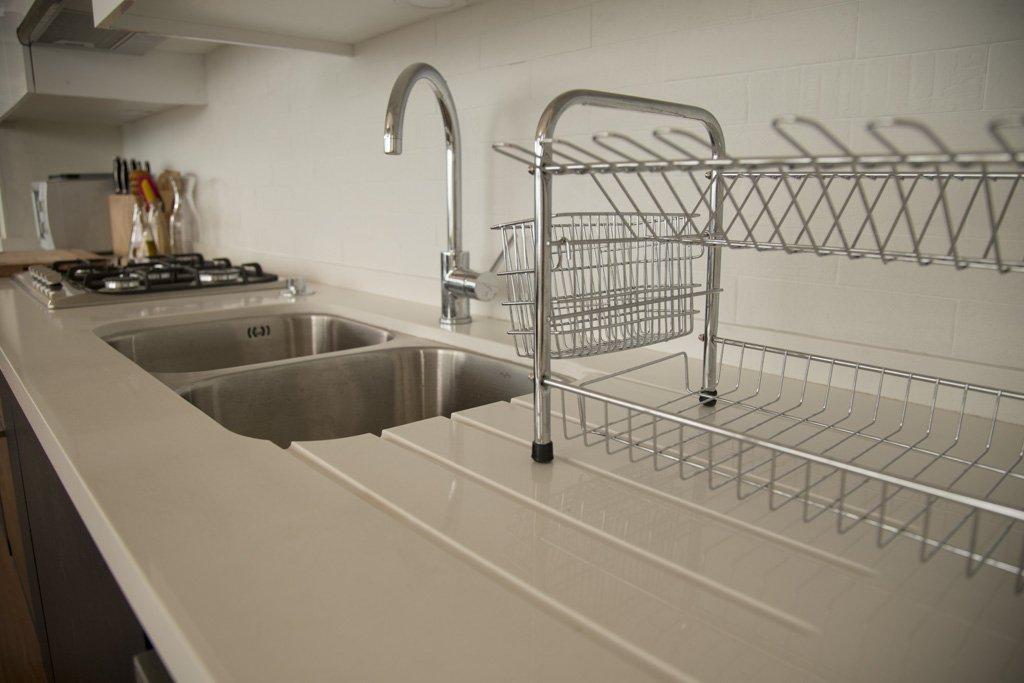 lavaplatos con escurridor ranurado en cuarzo blanco