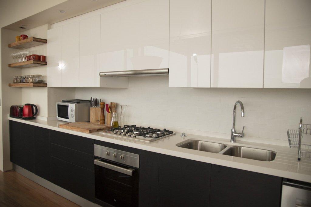 muebles de cocina blanco alto brillo y negro mate