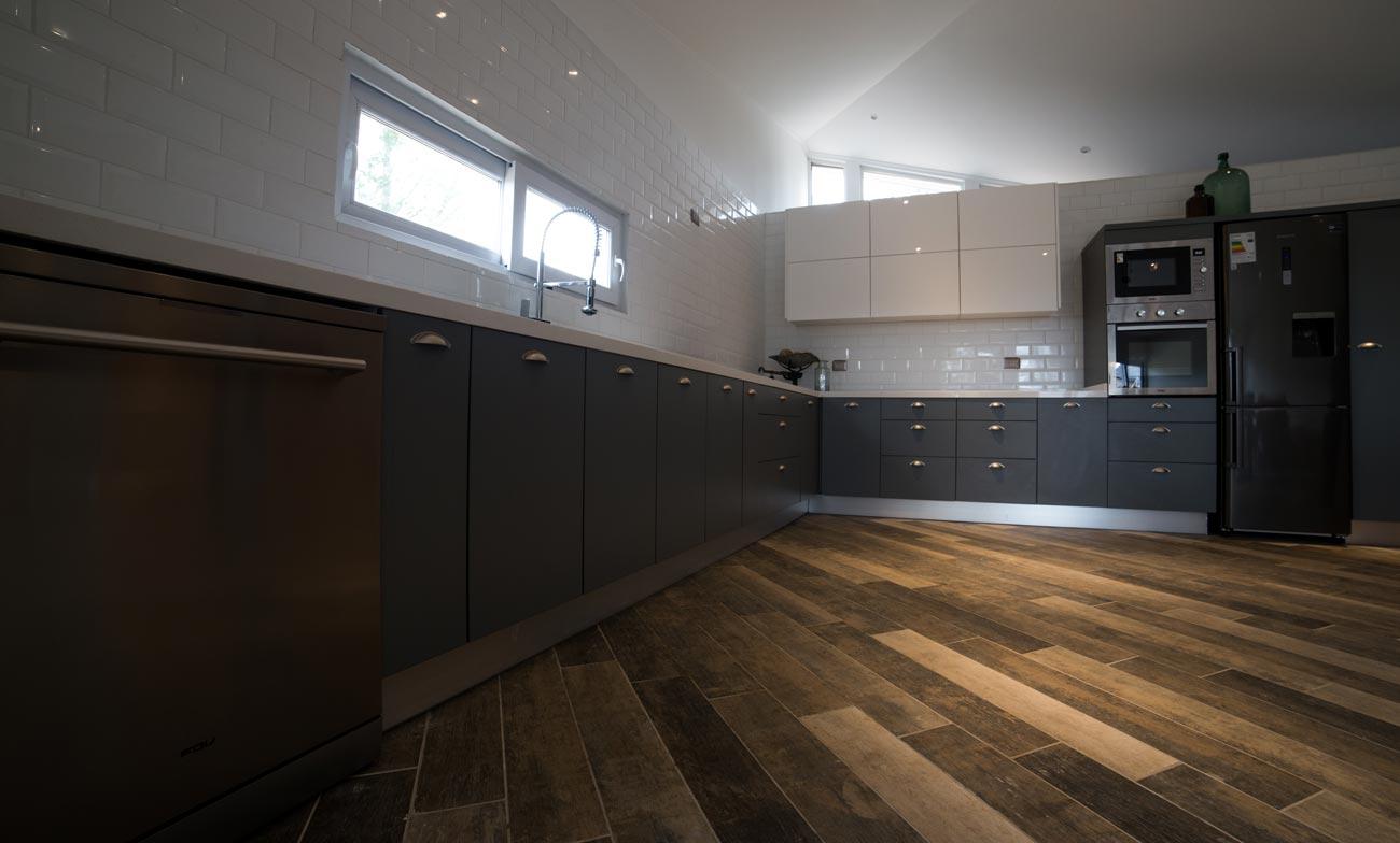 mueble de cocina gris grafito con blanco