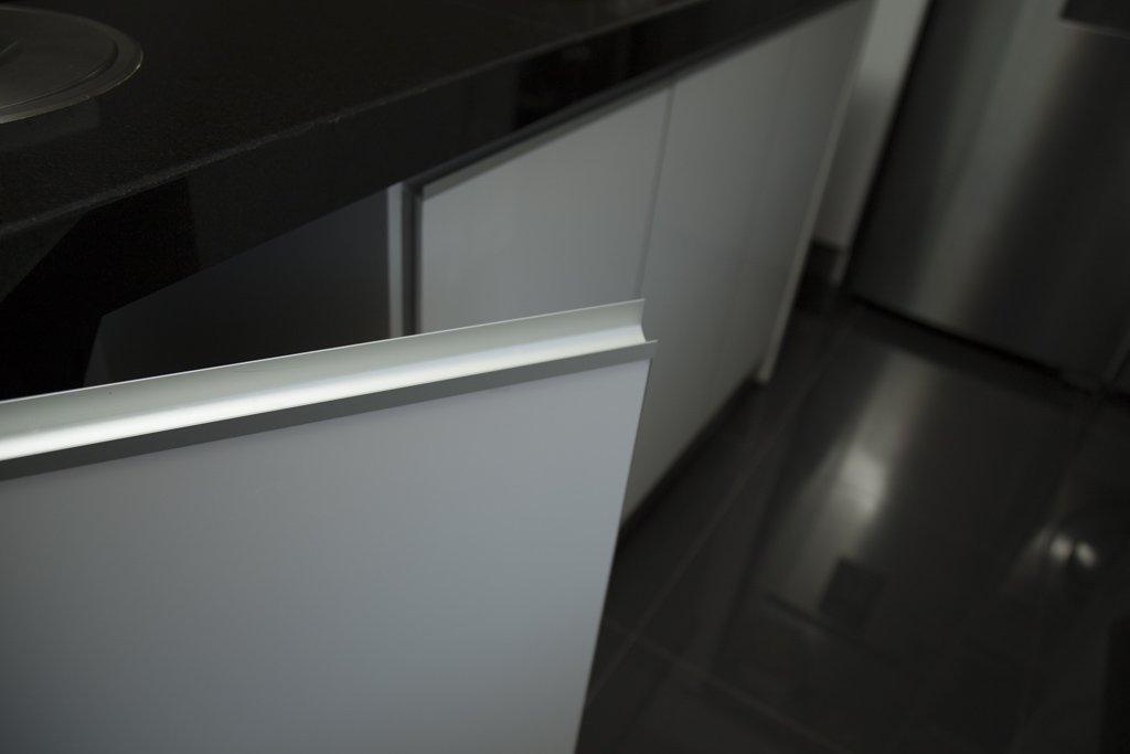 tirador de puerta embutido alumino blanco